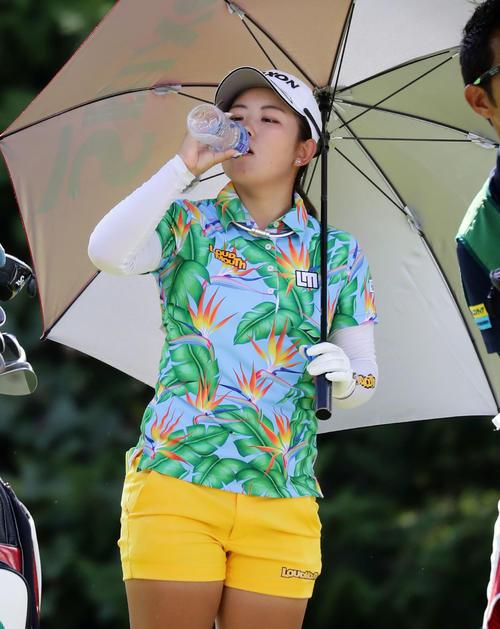 3番ティーで水を飲む浅井(撮影・浅見桂子)