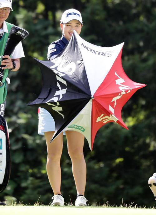 3番ティーで笑顔で日傘を広げる小祝(撮影・浅見桂子)