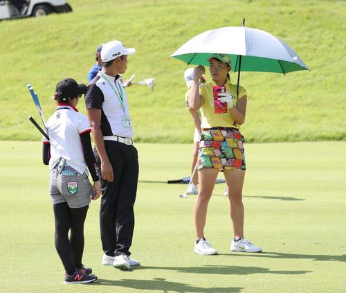 コニカミノルタ杯 練習ラウンド 日傘を差してコーチと会話する渋野日向子(右)(撮影・白石智彦)