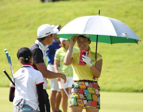 コニカミノルタ杯 練習ラウンド 日傘を差してコーチと笑顔で会話する渋野日向子(右)(撮影・白石智彦)