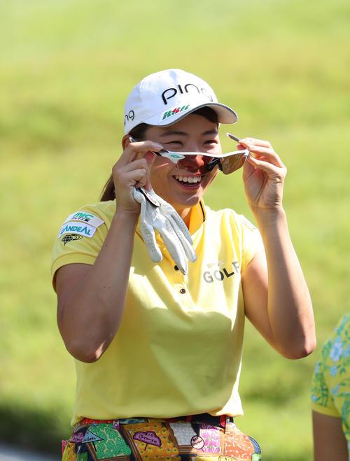 コニカミノルタ杯 練習ラウンド 笑顔でサングラスをかける渋野日向子(撮影・白石智彦)