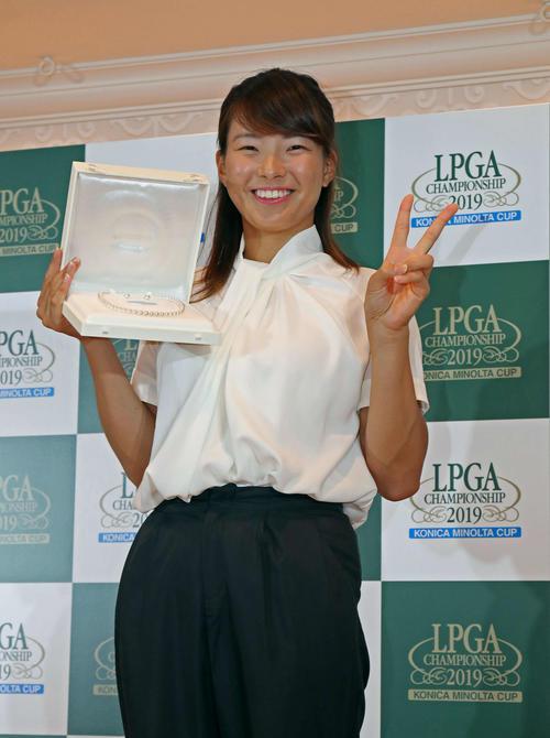 全英女子オープン優勝の記念品を受け取り満面の笑みでピースをする渋野日向子(撮影・白石智彦)