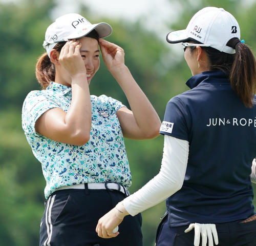 日本女子プロ選手権コニカミノルタ杯 練習グリーンで前髪を整える渋野日向子(撮影・清水貴仁)