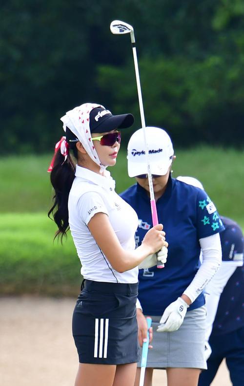 日本女子プロ選手権コニカミノルタ杯 スカーフを頭に巻いて練習を行うアン・シネ(撮影・清水貴仁)