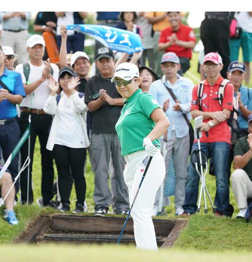 日本女子プロ選手権コニカミノルタ杯 第1R 10番、スタートを前に歓声を浴びる申ジエ(撮影・清水貴仁)