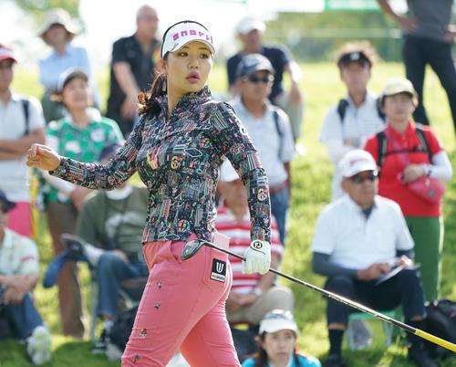 日本女子プロ選手権コニカミノルタ杯 第1R 10番、ティーショットを放つ黄アルム(撮影・清水貴仁)