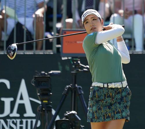 日本女子プロ選手権コニカミノルタ杯 第4R1番、ティーショットを放つ大西葵(撮影・清水貴仁)