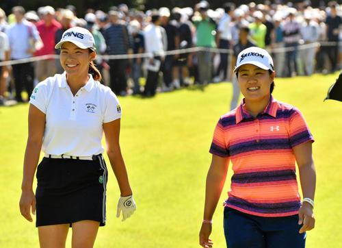 2番、談笑しながら第2打に向かう渋野日向子(左)と畑岡奈紗(撮影・柴田隆二)