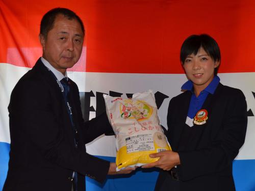 全農パールライス吉田氏(左)から千葉県産新米を受け取る石口(撮影・吉池彰)