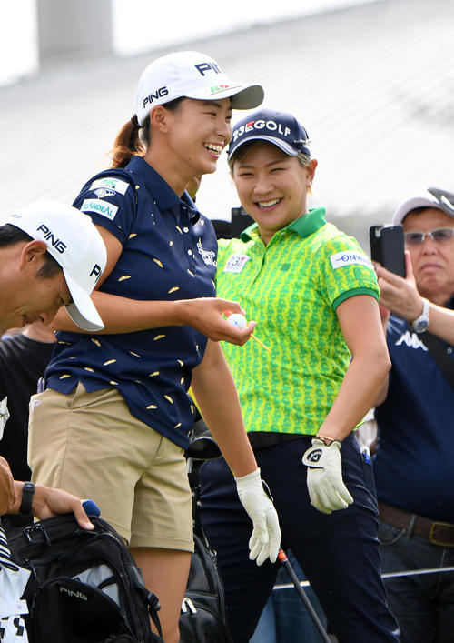 10番、スタート前に笑顔で成田(右)と話す渋野(撮影・前岡正明)