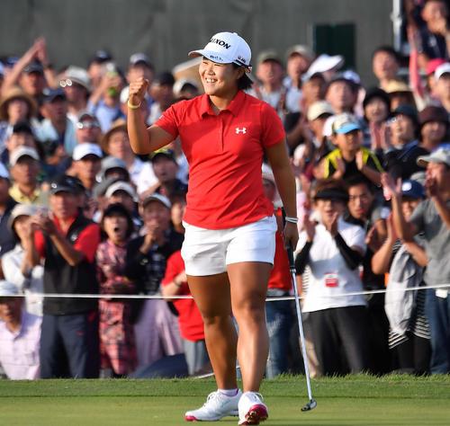日本女子オープン3度目の優勝を決め笑顔でガッツポーズする畑岡奈紗(撮影・上田博志)
