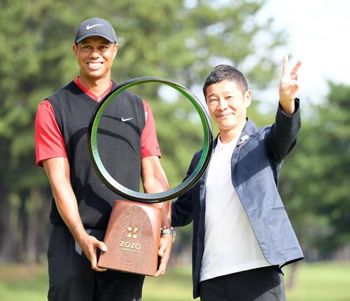 優勝を飾ったタイガー・ウッズ(左)は前澤友作大会名誉会長と笑顔を見せる(撮影・たえ見朱実)