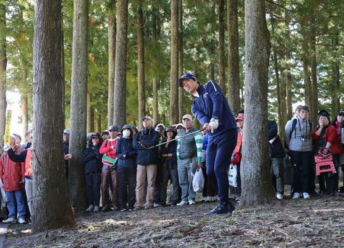 18番、林の中から第2打を放つ石川遼(撮影・丹羽敏通)