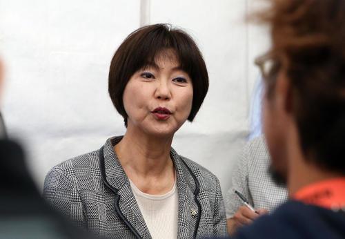 不適切発言の笠りつ子の処分について、報道陣の質問に答える小林会長(撮影・狩俣裕三)