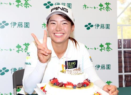 2019年11月15日 21歳の誕生日を迎え、バースデーケーキを前に笑顔を見せる渋野(撮影・狩俣裕三)