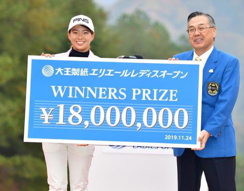通算19アンダーで優勝し賞金1800万円を獲得する渋野日向子(撮影・清水貴仁)