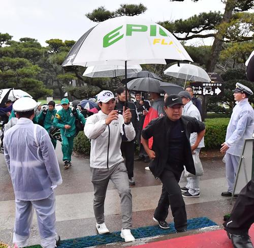 雷雲接近のため試合が中断されクラブハウスに戻る石川遼(左)と時松隆光(撮影・上田博志