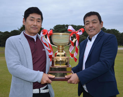 初優勝に笑顔を見せる大山(左)飯田ペア(撮影・吉池彰)