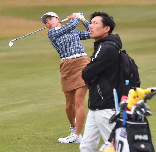 青木翔コーチ(右)らと練習ラウンドを回る渋野日向子(撮影・上田博志)