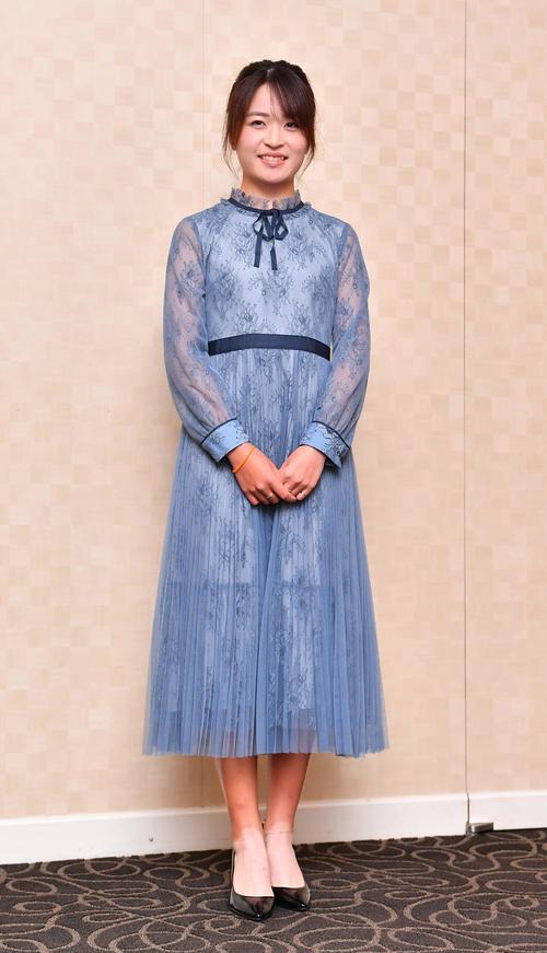 前夜祭でドレスアップする三ケ島かな(撮影・上田博志)