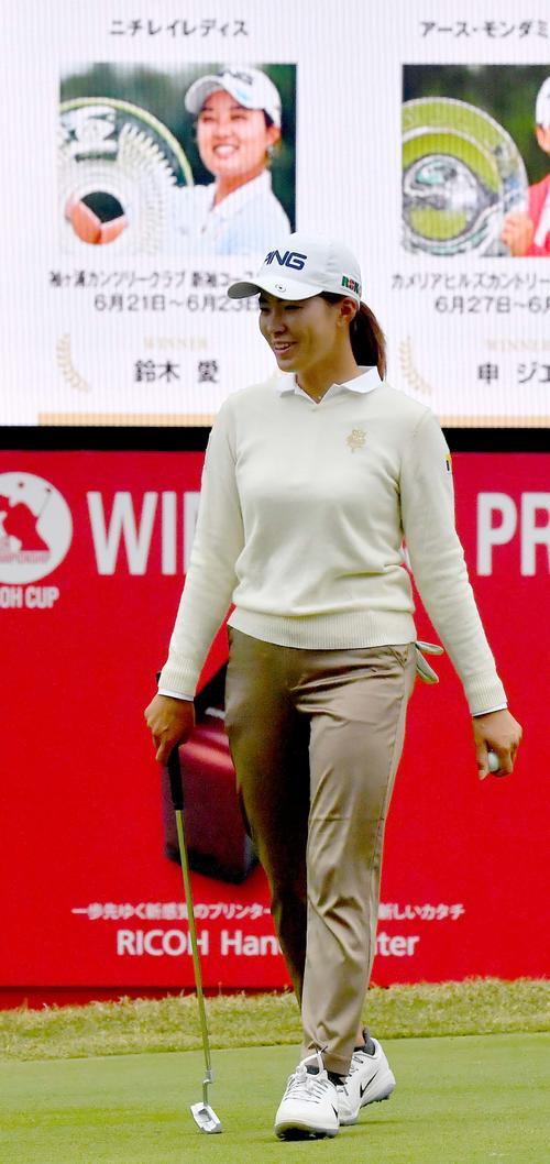 今シーズン優勝者の表示を背にプロアマ戦をラウンドする渋野日向子(撮影・上田博志)