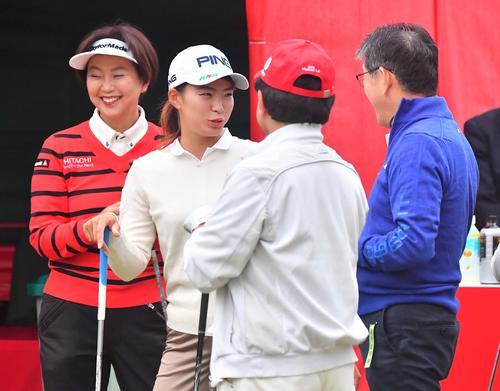 プロアマ戦に参加し小林浩美LPGA会長(左)とラウンドする渋野日向子(撮影・上田博志)
