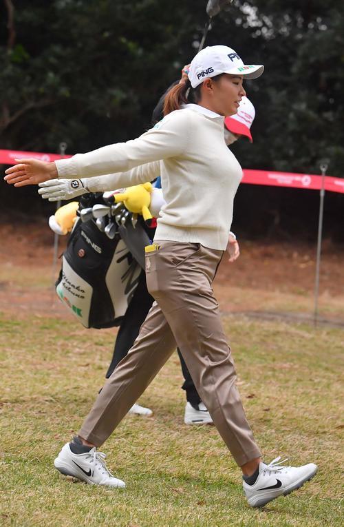 プロアマ戦に参加し、肩のストレッチをしながら歩く渋野日向子(撮影・上田博志)