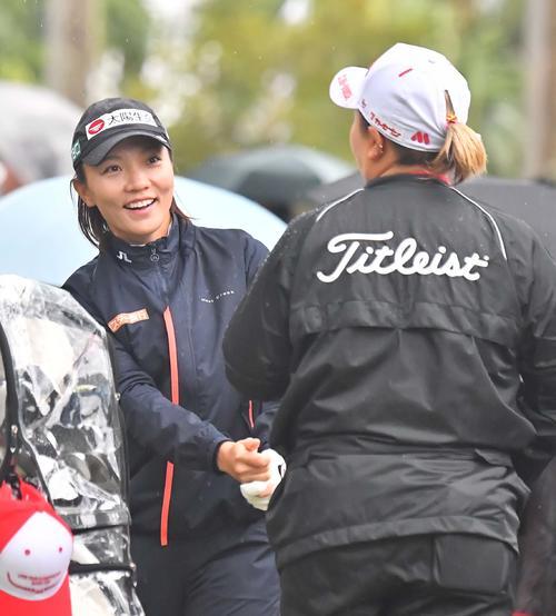 1番、アン・ソンジュ(右)と談笑するテレサ・ルー(撮影・上田博志)