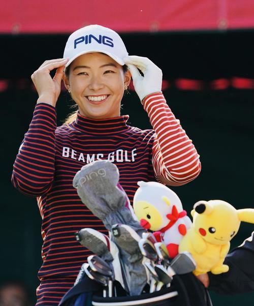 1番、ティーグラウンドで笑顔を見せる渋野日向子(撮影・横山健太)