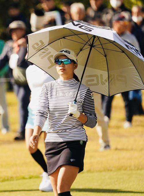 第3日、3番 傘をさす渋野日向子(撮影・横山健太)