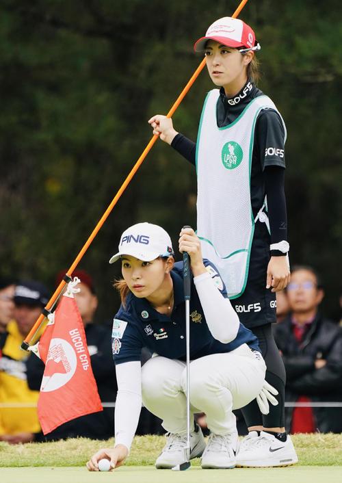 リコーカップ 第4日 8番、ラインを確認する渋野日向子(撮影・横山健太)