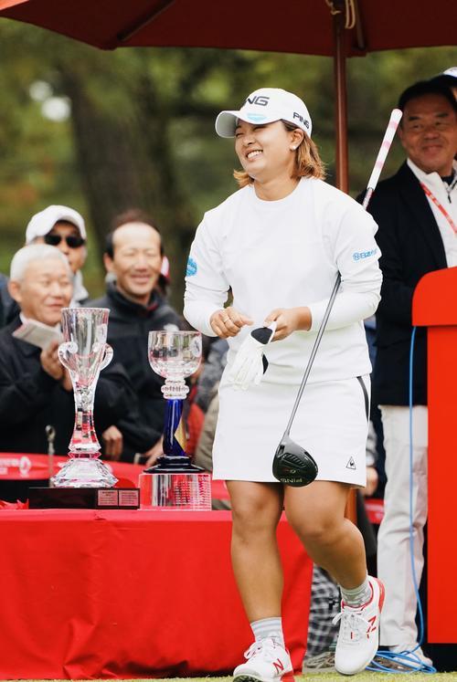リコーカップ 第4日 1番、スタート前にトロフィーをこすり笑顔を見せる鈴木愛(撮影・横山健太)