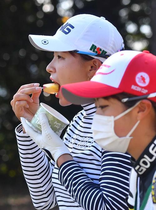 10番、ティーショットを放ちリンゴを食べながらセカンド地点へ向かう渋野日向子(撮影・上田博志)