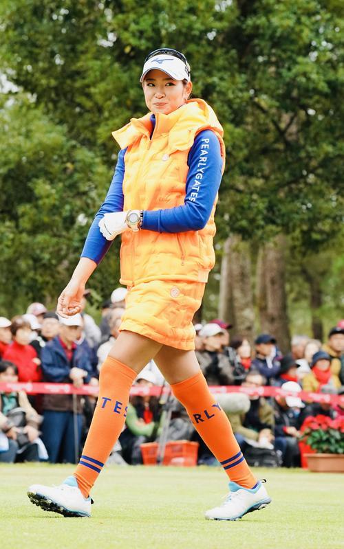 リコーカップ 第4日 1番、オレンジ色に身を包む原英莉花(撮影・横山健太)