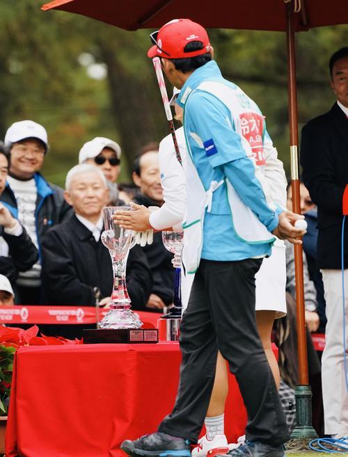 リコーカップ 第4日 1番、スタート前にトロフィーをこする鈴木愛(撮影・横山健太)