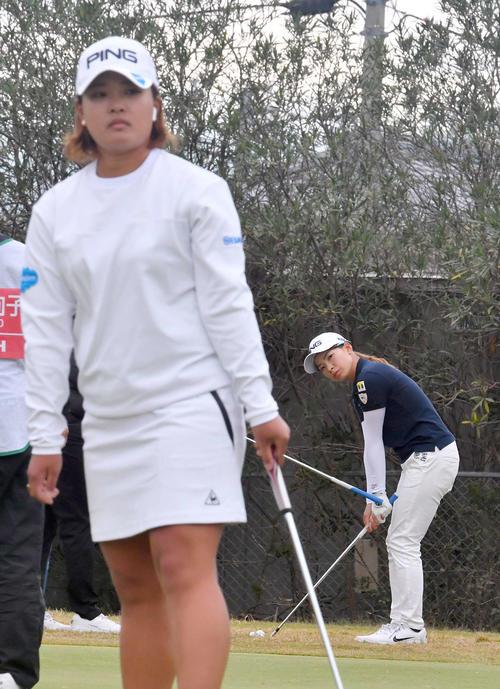 スタート前に練習する渋野日向子(右)と鈴木愛(撮影・上田博志)