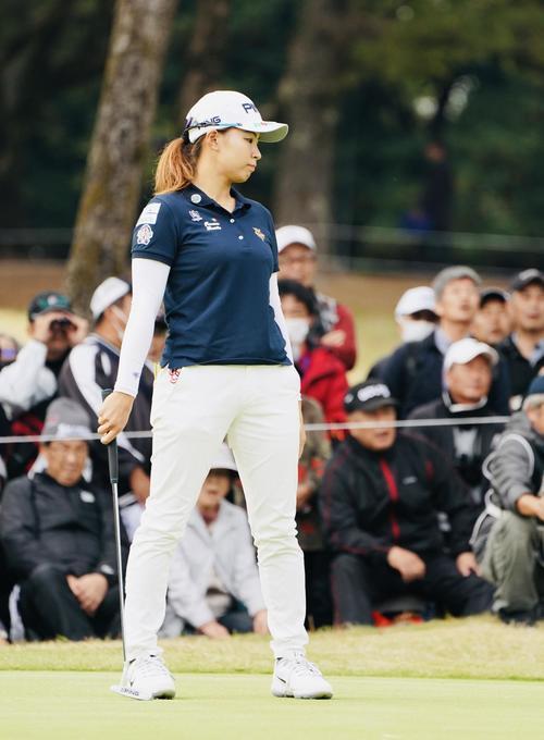リコーカップ 第4日 15番、パットを外し肩を落とす渋野日向子(撮影・横山健太)