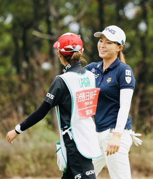 リコーカップ 第4日 12番、バーディーを奪い笑顔を見せる渋野日向子(撮影・横山健太)