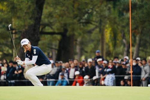 リコーカップ最終日 17番、パットを外し肩を落とす渋野日向子(撮影・横山健太)