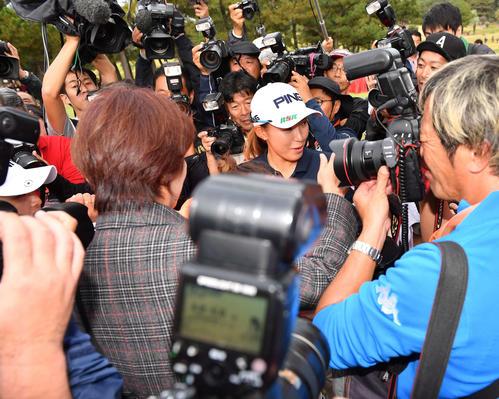 報道陣に囲まれる渋野日向子(中央)と鈴木愛(左)(撮影・上田博志)