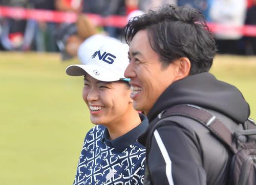 練習場で笑顔を見せる渋野日向子(左)と青木翔コーチ(撮影・上田博志)