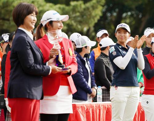 リコーカップ 第4日 優勝したペ・ソンウ(左から2人目)を祝福する渋野(撮影・横山健太)