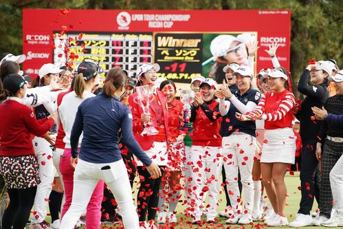 優勝したペ・ソンウ(中央)をフラワーシャワーで祝福する渋野(右から6人目)ら女子選手たち(撮影・横山健太)