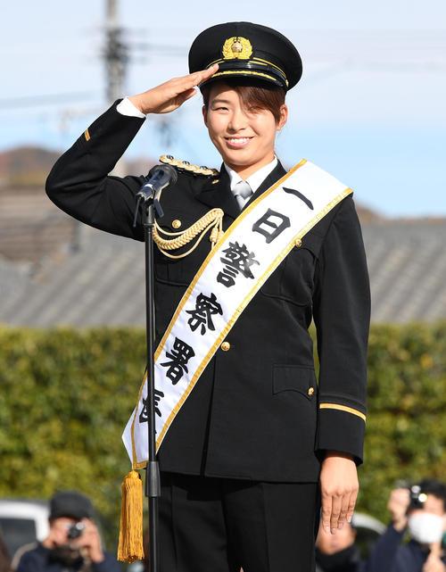 一日警察署長を委嘱され敬礼する渋野日向子(撮影・前岡正明)