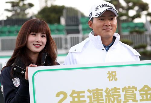 表彰式後、婚約者の若松菜々恵さん(左)と記念撮影をする今平(撮影・狩俣裕三)