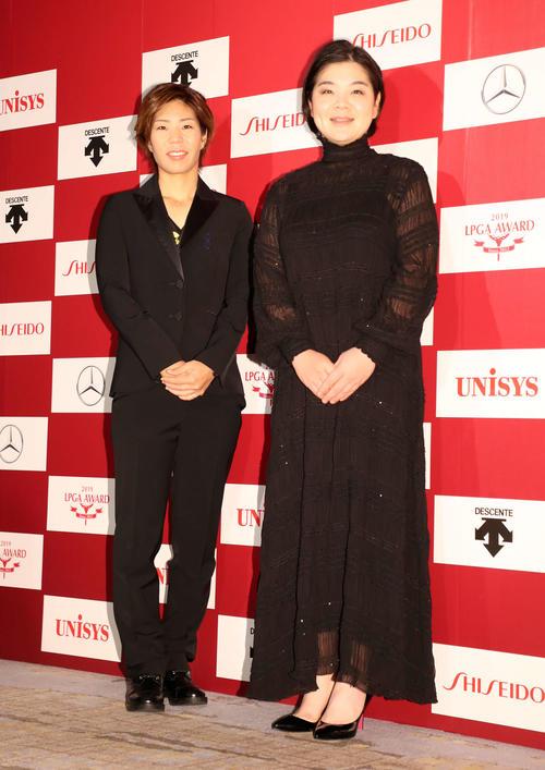 ドレスアップし笑顔を見せる穴井(左)とイ・ミニョン(撮影・鈴木正人)