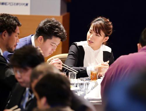 報知プロスポーツ大賞授賞式で渋野(右)は村上宗(左)らと談笑する(撮影・浅見桂子)