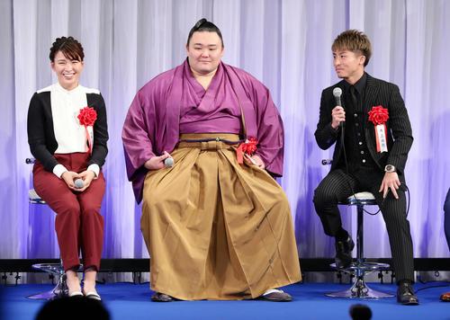 報知プロスポーツ大賞授賞式で笑顔を見せる、左から渋野、朝乃山、井上尚(撮影・浅見桂子)