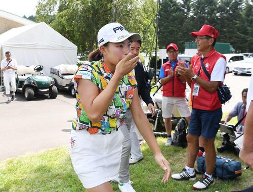 8月、NEC軽井沢72トーナメント最終日 ホールアウトし、口元を覆いながらインタビューに向かう渋野日向子