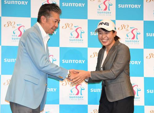 サントリーと所属契約を結んだ渋野はサントリーホールディングス鳥井副社長と握手する(撮影・山崎安昭)
